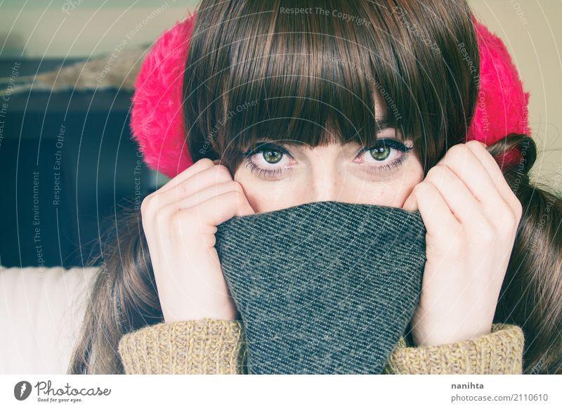 Tragende Winterkleidung der jungen netten Frau Stil Sommersprossen Mensch feminin Junge Frau Jugendliche 1 18-30 Jahre Erwachsene Mode Bekleidung Wolle