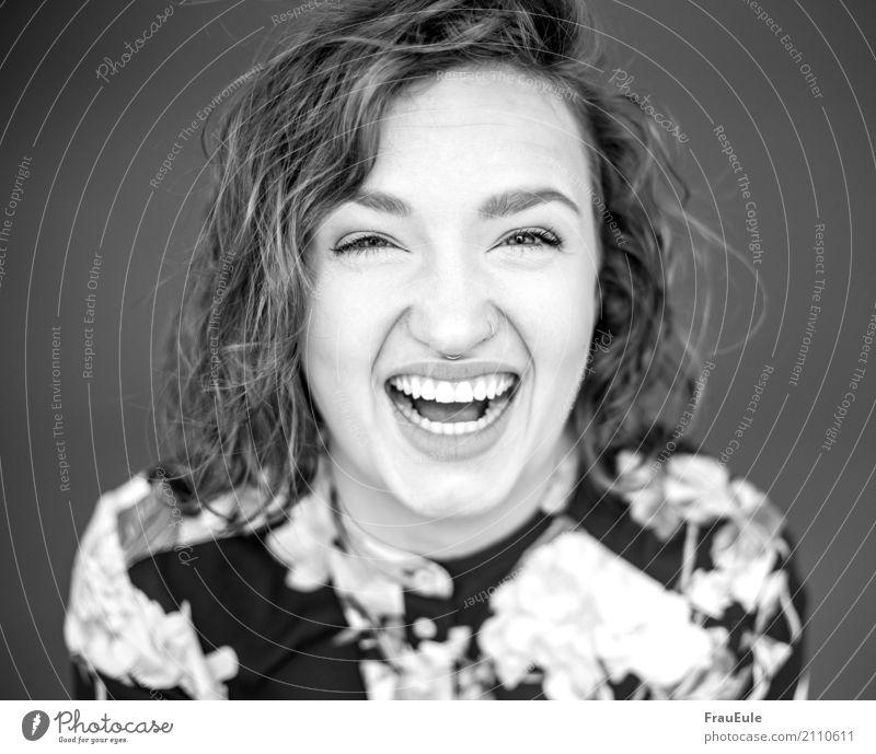 kira III feminin Junge Frau Jugendliche Erwachsene 1 Mensch 18-30 Jahre Bluse Piercing brünett Locken lachen Fröhlichkeit Glück Freude Lebensfreude Porträt laut