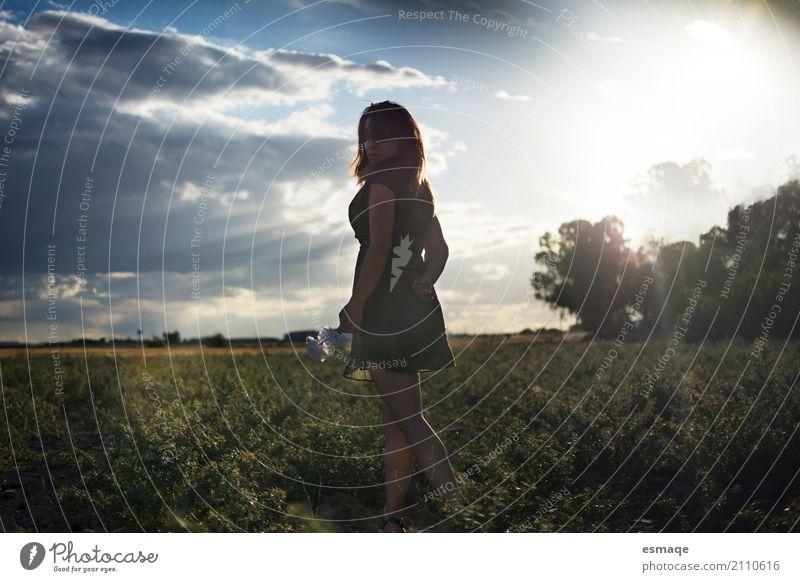 Mädchen auf dem Gebiet mit Sonnenuntergang Lifestyle Allergie Frau Erwachsene Natur Landschaft Pflanze Himmel Sonnenaufgang natürlich Fröhlichkeit friedlich