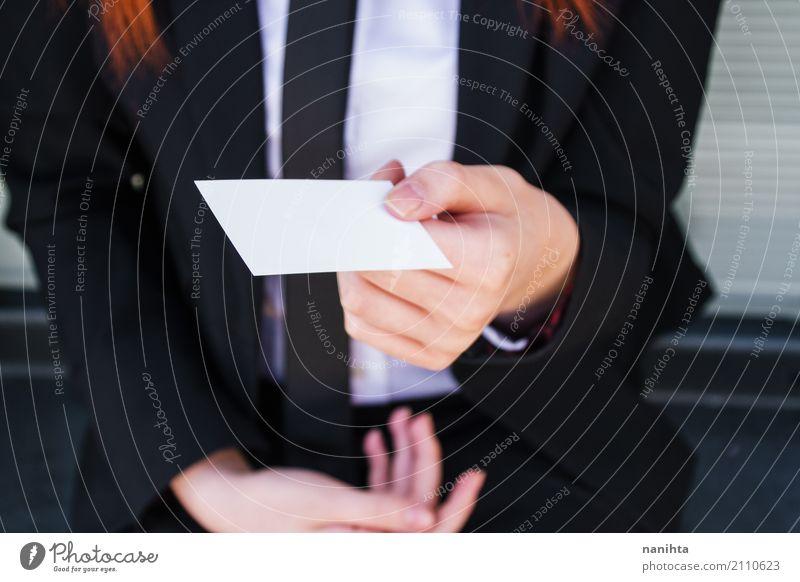 Junge Frau, die ihre unbelegte Visitenkarte anhält Lifestyle elegant Stil Arbeit & Erwerbstätigkeit Beruf Büroarbeit Arbeitsplatz Business Sitzung Mensch