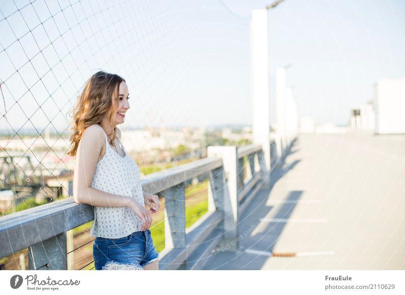 über den dächern I Mensch Frau Jugendliche Junge Frau Stadt Erholung Freude 18-30 Jahre Erwachsene natürlich feminin lachen Glück Zufriedenheit modern frisch
