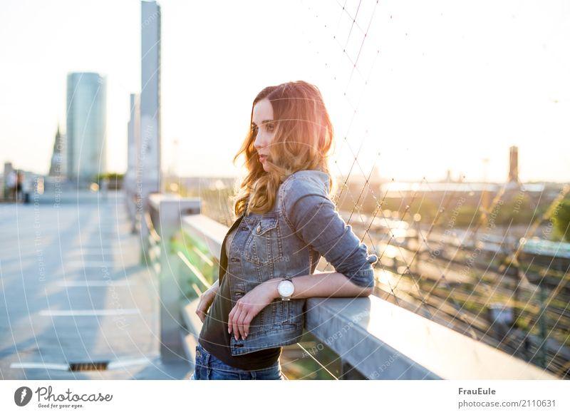 über den dächern II Mensch Frau Jugendliche Junge Frau Stadt schön 18-30 Jahre Erwachsene feminin Uhr modern Dach Skyline trendy Zaun Jeanshose