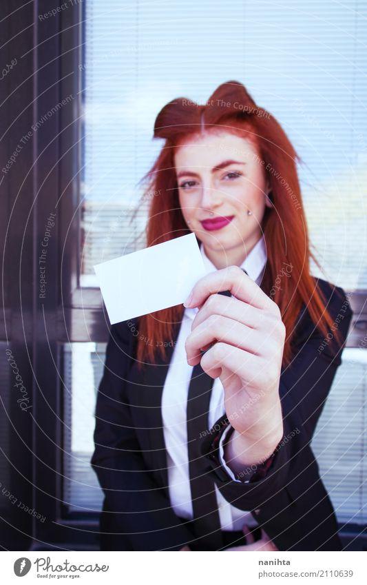 Junge Geschäftsfrau, die eine unbelegte Karte anhält Mensch Jugendliche Junge Frau rot 18-30 Jahre schwarz Erwachsene Lifestyle feminin Stil Glück Business
