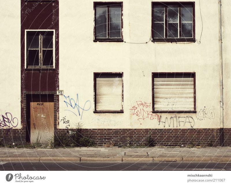 Status: Leer Menschenleer Haus Ruine Gebäude Fassade Fenster Tür alt hässlich Rollladen Straße Bürgersteig Unkraut Graffiti Fensterkreuz Farbe weiß rot Kabel
