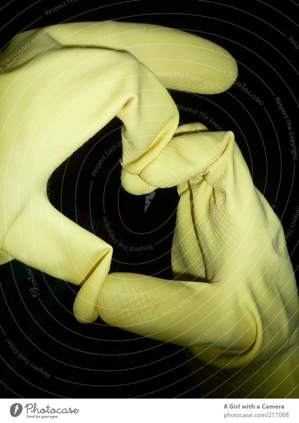 Ein Herz für Spülmaschinen Hand schwarz gelb Kunst Finger Romantik Kreativität zeigen Verliebtheit Handschuhe Gummi Geschirrspülen Detailaufnahme Experiment