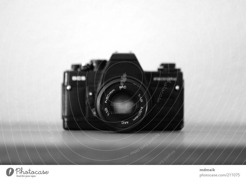 flohmarktkamera weiß schwarz retro Fotokamera Symmetrie Billig Lichterscheinung Perspektive Schwarzweißfoto