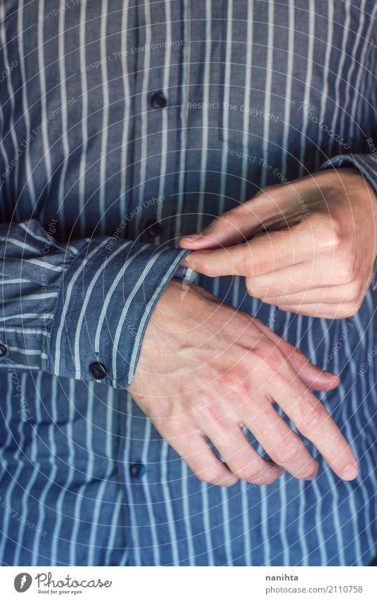 Mann, der ein Hemd trägt Mensch Jugendliche blau weiß Hand Erwachsene Lifestyle Senior Stil Design maskulin elegant authentisch Bekleidung berühren