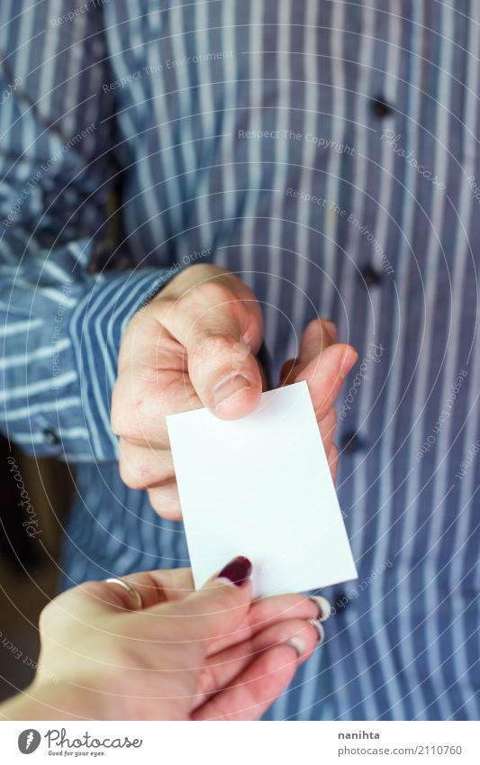 Mann, der einer Frau eine leere Karte gibt Arbeit & Erwerbstätigkeit Business Sitzung sprechen Visitenkarte blanko Postkarte Mensch maskulin feminin Junge Frau