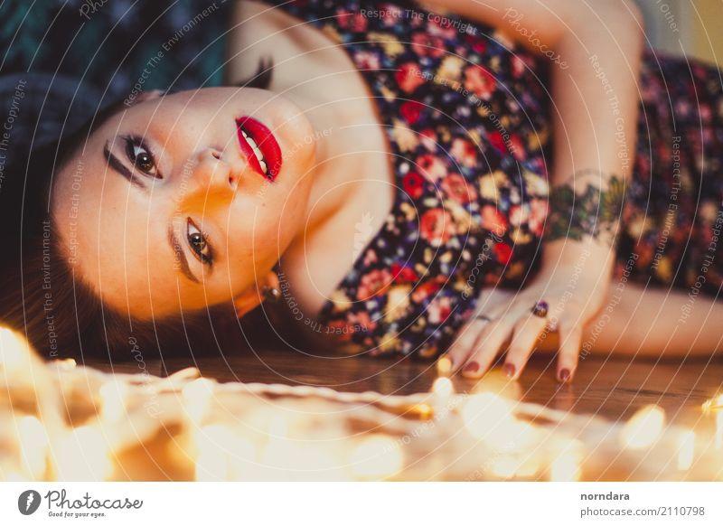 rote Lippen Jugendliche Junge Frau Erotik 18-30 Jahre Gesicht Erwachsene Lifestyle feminin Stil Mode hell elegant ästhetisch Haut Coolness Kleid