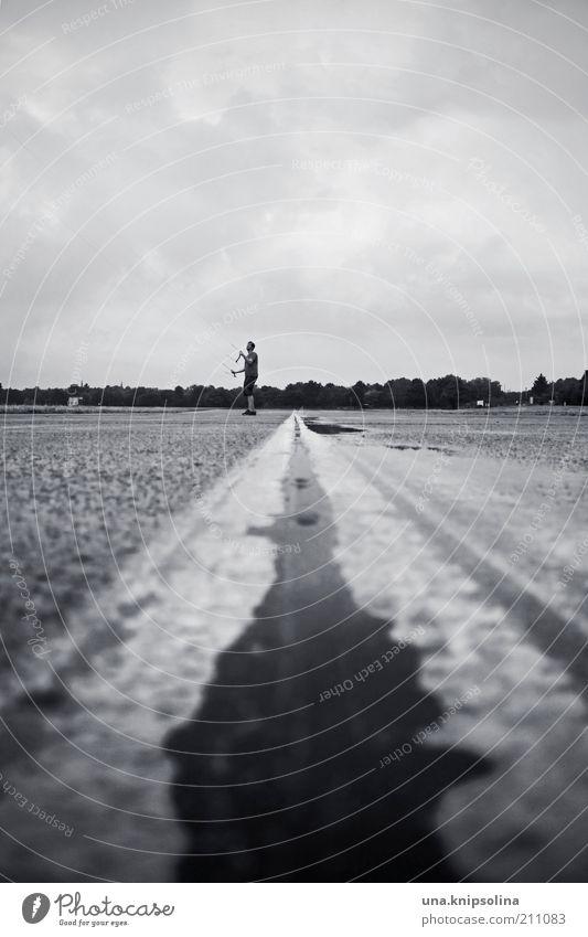 on.line Mensch Wolken Ferne Straße Spielen Wege & Pfade Linie Regen Wind Freizeit & Hobby stehen beobachten Asphalt Verbindung Flughafen Pfütze