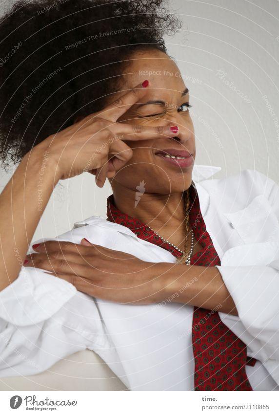 . feminin Frau Erwachsene 1 Mensch Hemd Krawatte Haare & Frisuren brünett langhaarig Locken Afro-Look beobachten Lächeln Blick außergewöhnlich schön Freude