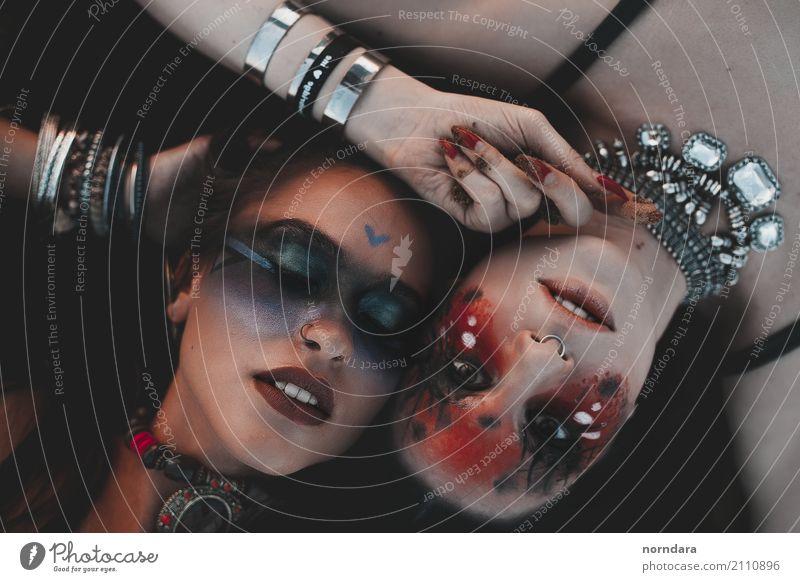 zwei wilde Mädchen Lifestyle kaufen Reichtum elegant Stil Design exotisch schön Gesicht Kosmetik Schminke Lippenstift Rouge Nachtleben Party Junge Frau