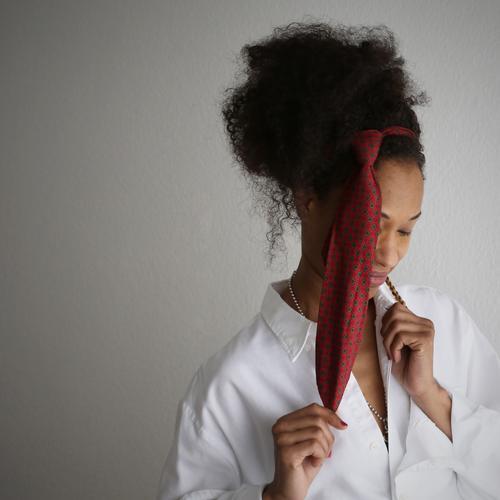 . feminin Frau Erwachsene 1 Mensch Künstler Theaterschauspiel Hemd Schmuck Krawatte Haare & Frisuren brünett langhaarig Locken Zopf Afro-Look Denken festhalten