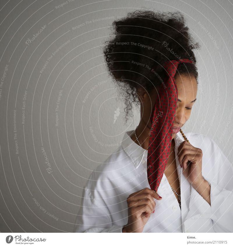 . Mensch Frau schön Erwachsene Leben feminin außergewöhnlich Haare & Frisuren Denken Kreativität Lächeln warten festhalten Leidenschaft Inspiration langhaarig