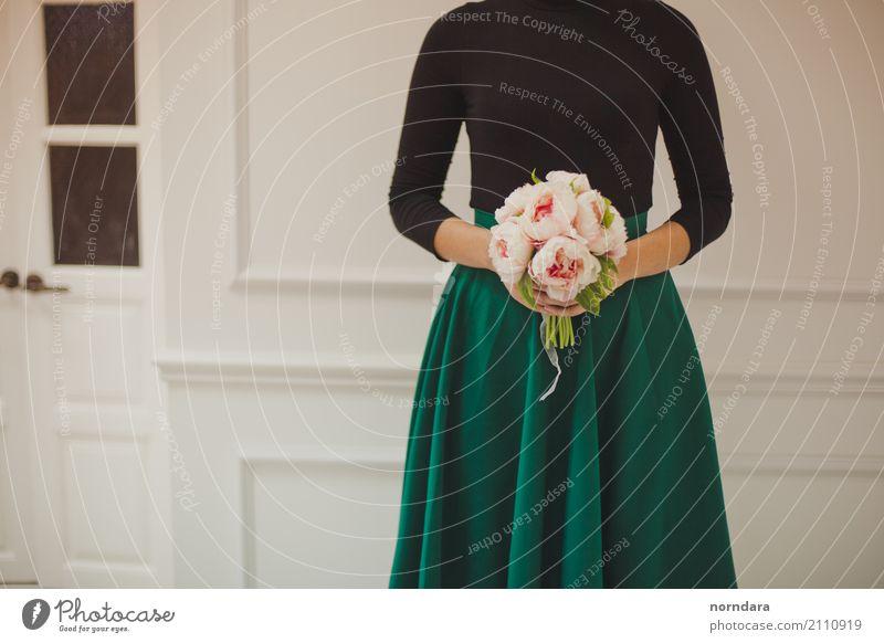 Pfingstrosen in deinen Händen Lifestyle kaufen Reichtum feminin Blüte Mode Bekleidung Rock berühren ästhetisch schön Duft Farbe Blume Blumenstrauß Brautstrauß