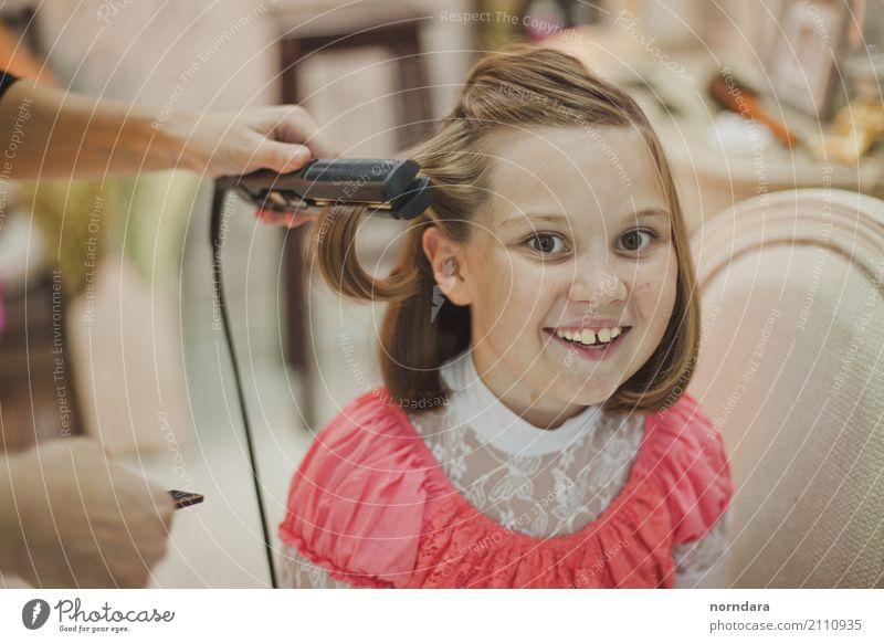 Kinderfriseur Freude Arbeit & Erwerbstätigkeit Beruf Friseur Mädchen Haare & Frisuren 3-8 Jahre Kindheit 8-13 Jahre blond genießen Lächeln Fröhlichkeit