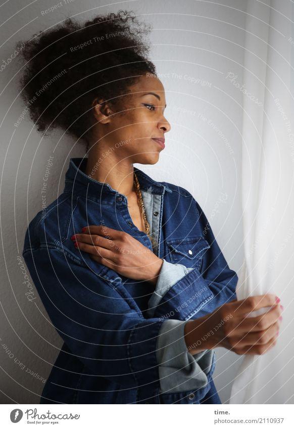 . Mensch Frau schön Erwachsene Bewegung feminin Haare & Frisuren Zufriedenheit Raum ästhetisch warten Warmherzigkeit beobachten Romantik Neugier entdecken