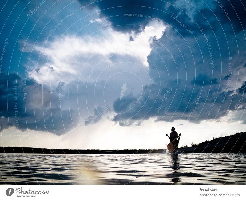 himmelhochjauchzend Mensch Frau Natur Wasser Sommer Wolken Einsamkeit Erwachsene Umwelt dunkel Landschaft Küste See träumen Wassertropfen außergewöhnlich