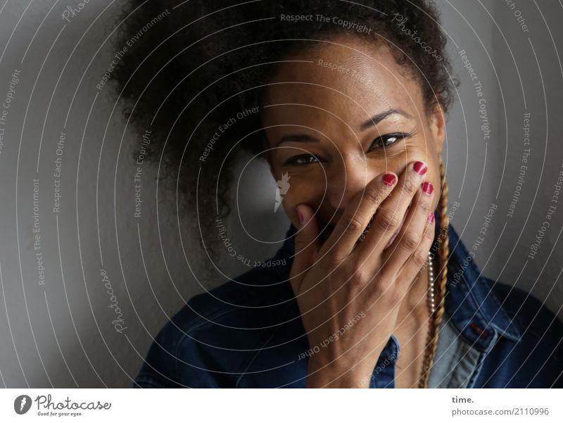 . Raum feminin Frau Erwachsene 1 Mensch Hemd Schmuck Haare & Frisuren brünett langhaarig Locken Afro-Look beobachten festhalten lachen Blick Freundlichkeit