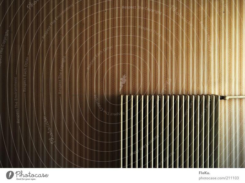 100 Energiewirtschaft Mauer Wand alt historisch retro Wärme braun gold weiß Tapete Tapetenmuster Streifen gestreift Heizung Heizkörper altmodisch leer vertikal