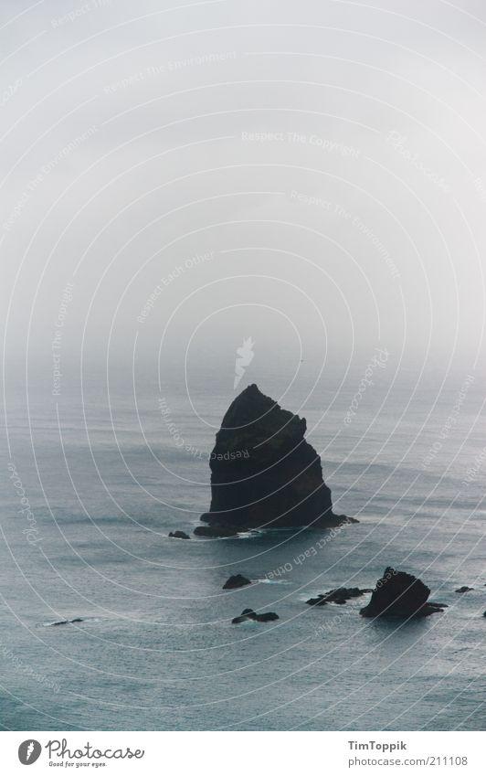 The Rock Meer grau Nebel Nebelmeer Nebelstimmung Dunst Atlantik Madeira Felsen trüb bedeckt Insel Inselkette Außenaufnahme Wasser Wolkenhimmel schlechtes Wetter