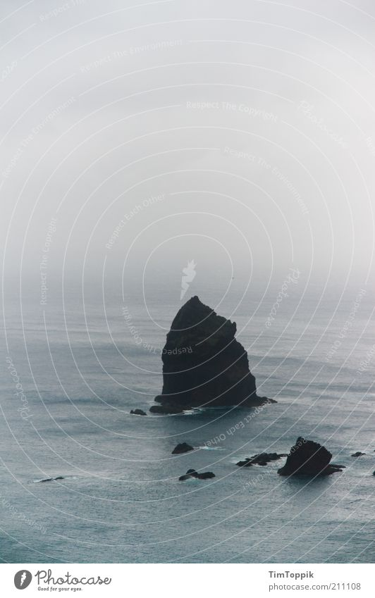 The Rock Wasser Meer grau Nebel Felsen Insel Dunst trüb Atlantik schlechtes Wetter bedeckt Portugal Wolkenhimmel Madeira
