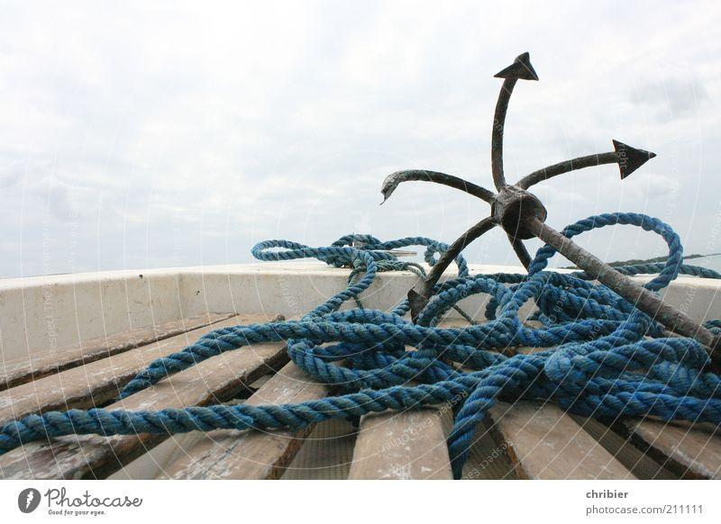 Warten auf den großen Moment Himmel blau Wasser Meer Wolken ruhig Wasserfahrzeug braun Seil Sicherheit Hoffnung Spitze festhalten lang Schifffahrt