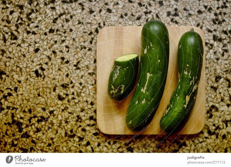 Gurken Lebensmittel Gemüse Ernährung Bioprodukte Vegetarische Ernährung liegen lecker Gesunde Ernährung Hälfte 2 zwei einhalb Holzbrett Terrazzoboden