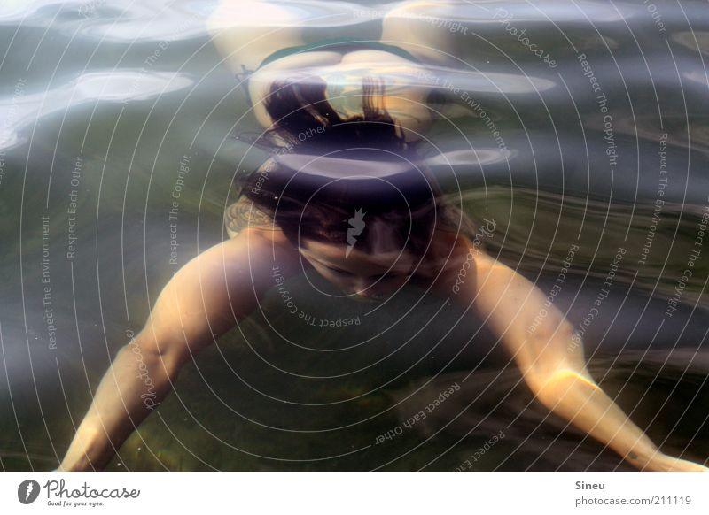 Taucherin ohne Haube Frau Erwachsene Natur tauchen Wasser Sommer Schönes Wetter Meer See Bikini Schwimmen & Baden genießen nass feminin Kraft Energie