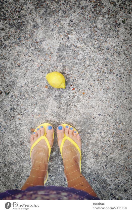 zitrone Gesunde Ernährung gelb Beine Fuß Frucht stehen Asphalt Zehen Zitrone sauer Flipflops runtergefallen