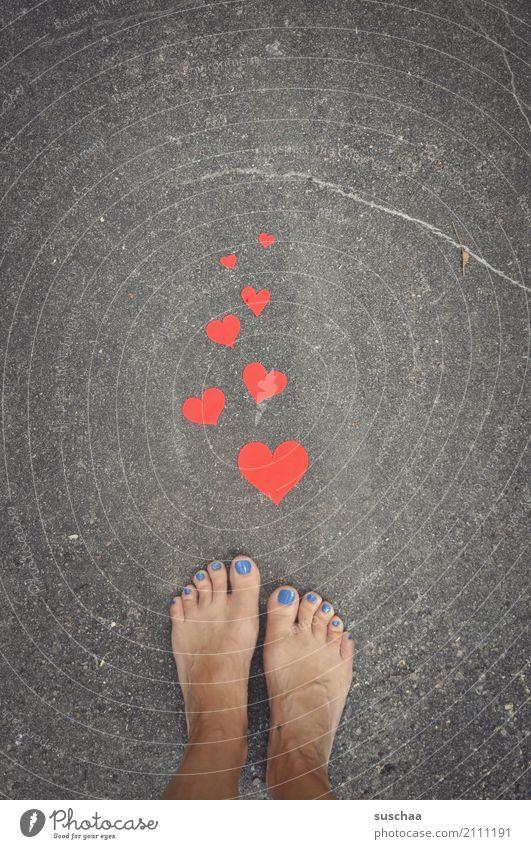 herzliche grüße .. äh füße Fuß Barfuß Sommer Außenaufnahme Straße Asphalt stehen Zehen Herz rote herze Liebe Symbole & Metaphern