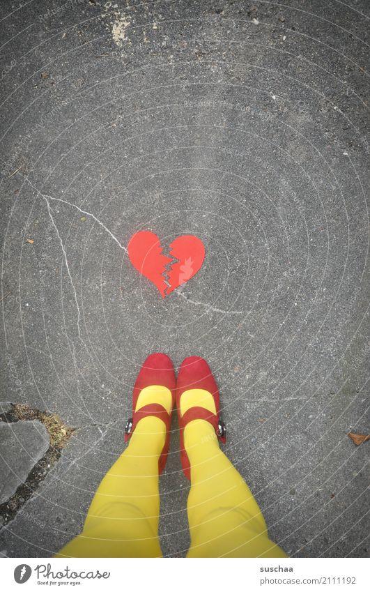 broken heart Fuß Beine Schuhe Schnallenschuhe Strümpfe rot gelb Außenaufnahme Straße Asphalt stehen Herz gebrochen Riss Liebeskummer Gefühle Ende