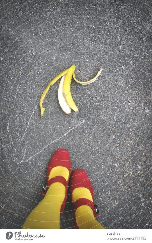 vorsicht .. rot Straße gelb Beine Schuhe Asphalt Kontrolle Strümpfe Vorsicht Unfallgefahr Bananenschale