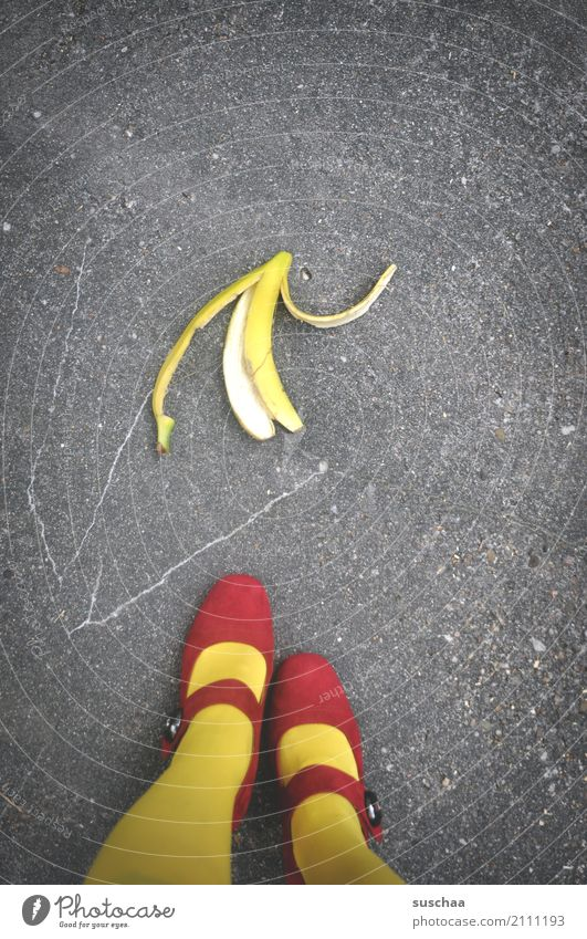 vorsicht .. Straße Asphalt tretmine Bananenschale Unfallgefahr reintreten Kontrolle Vorsicht Beine füße rote schuhe Schuhe Strümpfe gelb