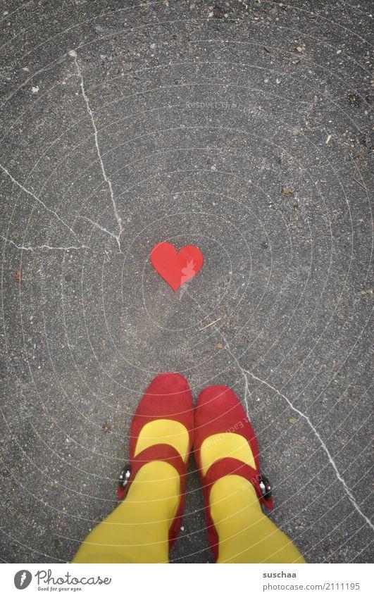 herzlichen fuß (gruß) Beine Fuß Schuhe Strümpfe mehrfarbig gelb rot Schnallenschuhe Außenaufnahme Straße Asphalt stehen Herz Liebe Symbole & Metaphern