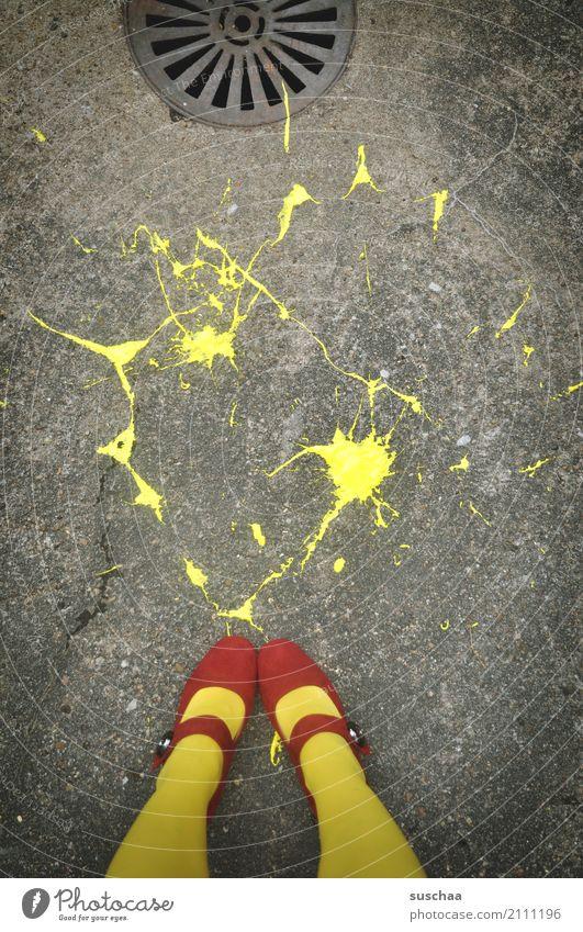 farbunfall Farbe klecksen streichen Kunst spritzen Unfall runtergefallen gelb Asphalt Fuß Schuhe Beine Strumpfhose rote schuhe stehen