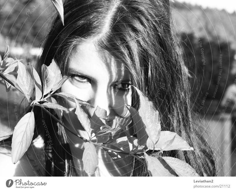 J.S.H. - 'Ich sehe was, ...' Frau Auge Sträucher geheimnisvoll Neugier verstecken Zweig Schüchternheit
