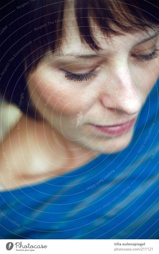 closer Frau Mensch Jugendliche blau schön ruhig Erwachsene Erholung feminin träumen Stimmung Zufriedenheit natürlich authentisch Konzentration Gelassenheit