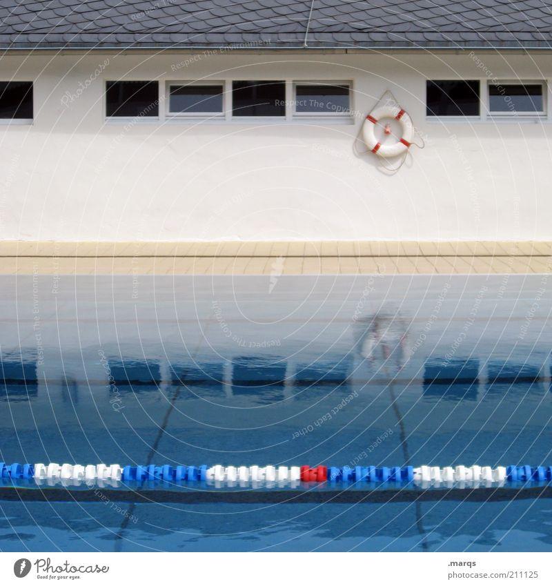 Rettung Freizeit & Hobby Sport Schwimmbad Wasser Fenster Rettungsring Abtrennung nass Farbfoto Außenaufnahme Menschenleer Reflexion & Spiegelung