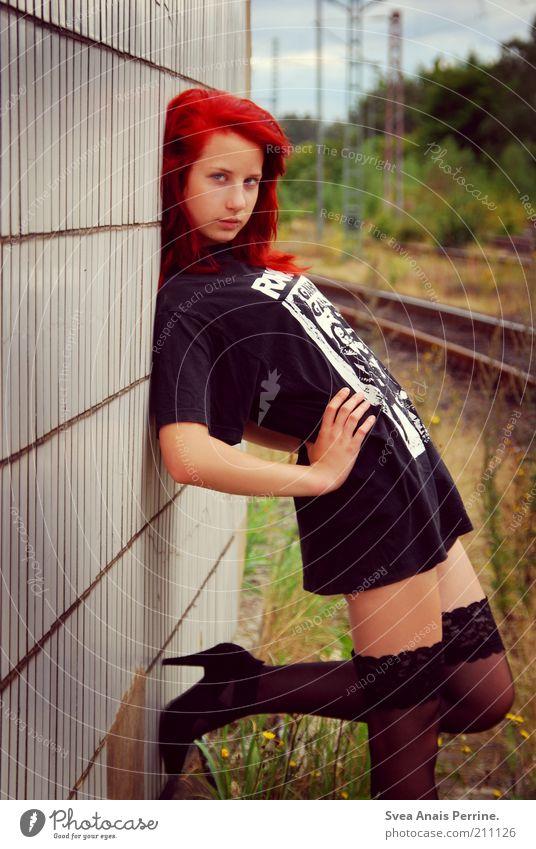 teehandel. Mensch Jugendliche schön Erwachsene Leben feminin Erotik Mode Schuhe Fassade Eisenbahn stehen Coolness 18-30 Jahre T-Shirt Junge Frau