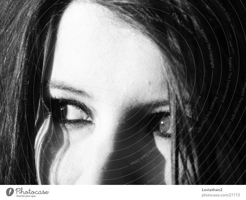 'Konzentration' Frau weiß Gesicht schwarz Auge grau beobachten Brennpunkt