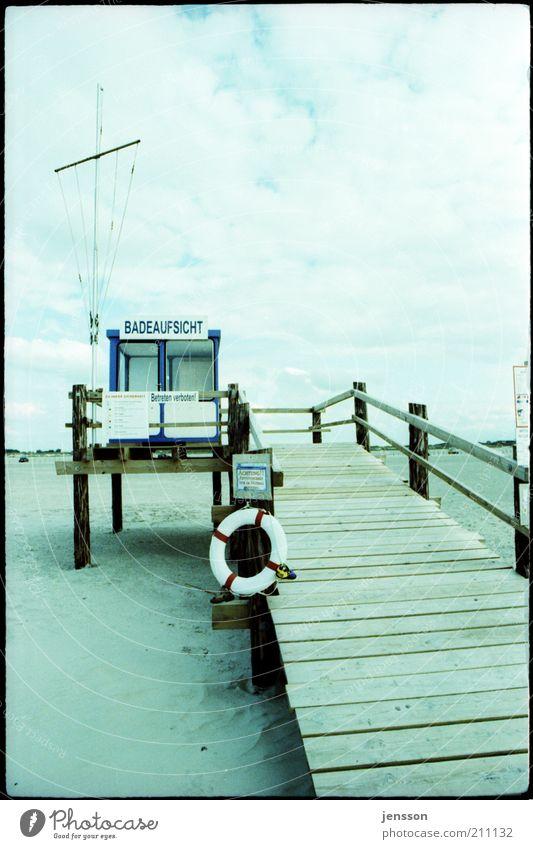 bucht.wacht Sommer Strand Sand Himmel Wolken Holz beobachten Warnhinweis Rettung Rettungsring Kontrolle Badeurlaub St. Peter-Ording Nordseestrand kalt analog
