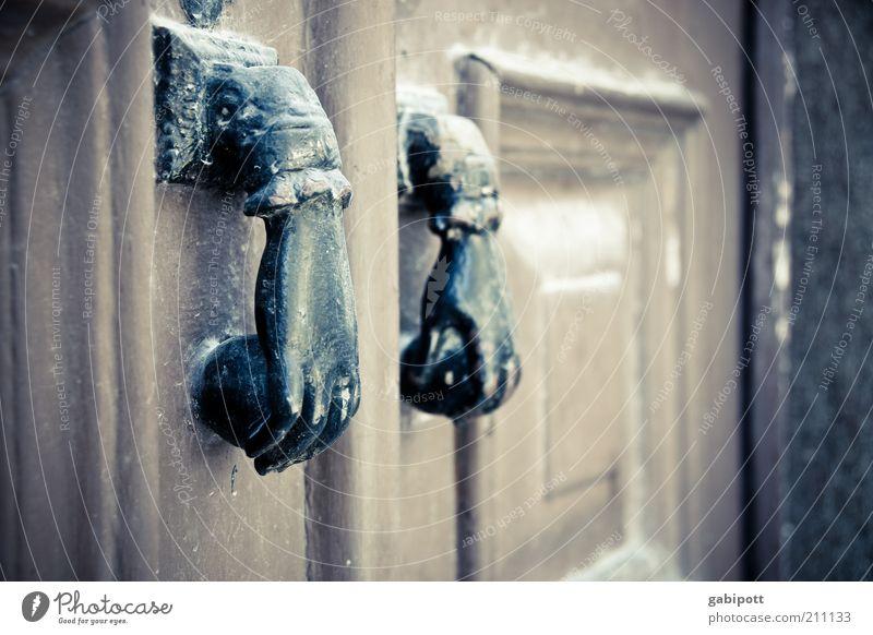 klopf klopf Lissabon Altstadt Tür außergewöhnlich skurril Hand Griff Gedeckte Farben Außenaufnahme Menschenleer Tag Schwache Tiefenschärfe Holztür Eingangstür
