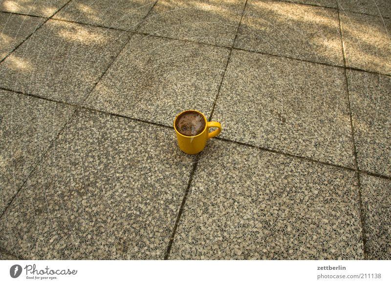 Kaffee Kaffee Boden Tasse Terrasse Topf Fuge Bodenplatten August Textfreiraum links Lebensmittel Kaffeetasse