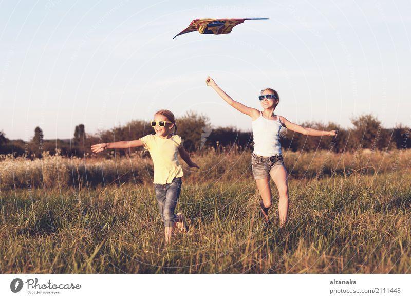 Glückliche Kinder, die tagsüber auf dem Spielfeld spielen. Konzept der freundlichen Geschwister der Familie. Lifestyle Freude schön Freizeit & Hobby Spielen