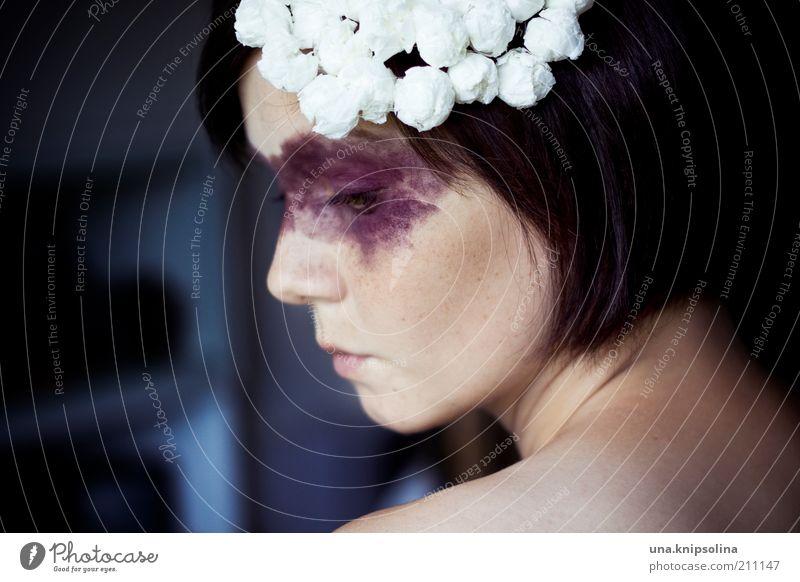 sahnehäubchen Mensch Frau Gesicht Erwachsene feminin Traurigkeit Mode träumen nachdenklich Tierhaut Maske Hut Kosmetik brünett Schminke ernst