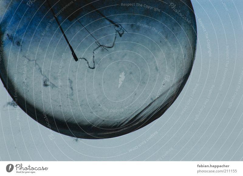 Glühbirne Lampe Technik & Technologie Energiewirtschaft Glas alt blau staubig Strukturen & Formen Farbfoto Außenaufnahme Nahaufnahme Menschenleer Tag