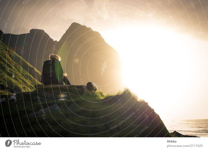 Junge Frau mit Buch auf Düne am Nordmeer im Sonnenuntergang harmonisch Zufriedenheit Erholung ruhig Meditation Ferien & Urlaub & Reisen Abenteuer Ferne Freiheit
