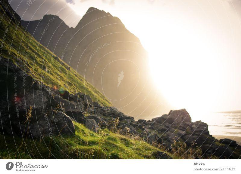 Sonnenuntergang, Strand, Bergwand, diffuses Gegenlicht, Lofoten Landschaft Meer Erholung Einsamkeit ruhig Leben Religion & Glaube Küste Glück Zufriedenheit