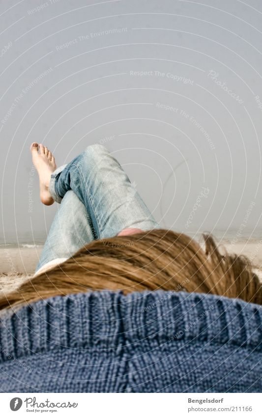 ich lag nah am wind Frau Mensch Wasser Himmel Meer Sommer Strand Ferien & Urlaub & Reisen ruhig Ferne Leben Erholung Freiheit Fuß Beine Zufriedenheit